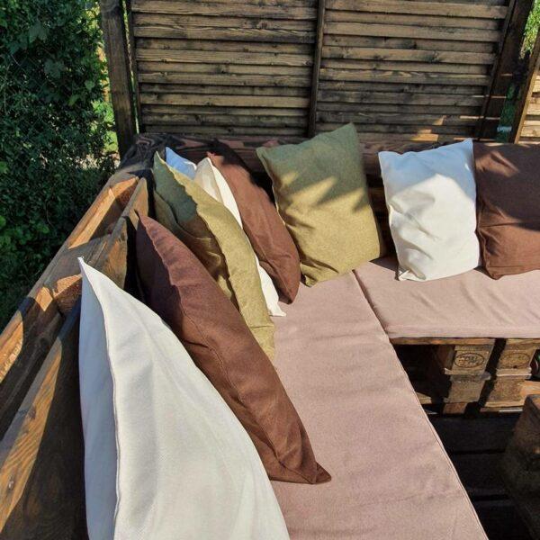 Szyty na wymiar zestaw siedzisk i poduszek do mebli ogrodowych.