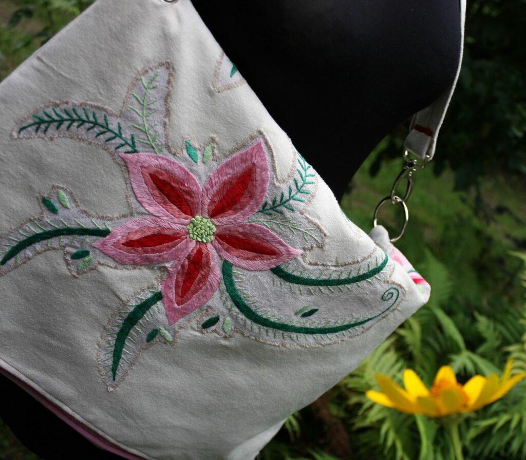 Klapa ręcznie szytej torby upcykling.