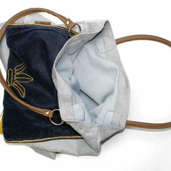 Szara torebka z weluru siena, z kieszenią z zamszowego bieżnika ze złotą nicią i rączkami z ekoskóry.