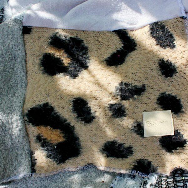Metka Format-ki na centkowanym kawałku patchworkowego koca.
