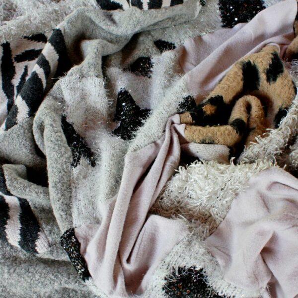 Widok zmarszczoneo koca sawanna uwydatniajacy motywy zwierzęce.