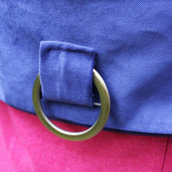 Kobaltowa torebka z klapką z różową wełnianą kieszenią i klamrą ze starego złota.
