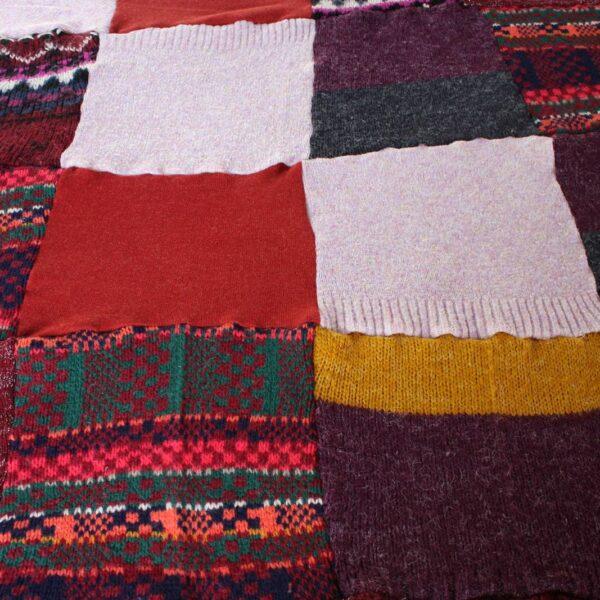Rozłożony Patchworkowy koc ze swetrów.