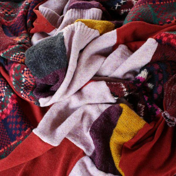 Patchworkowy koc zero waste ze swetrów.