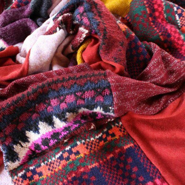 Patchworkowy koc zero waste ze swetrów - widok na wzory.