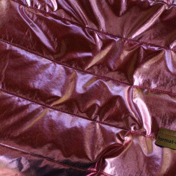 Zbliżenie na materiał pikowany różowy błyszczący użyty w torebce