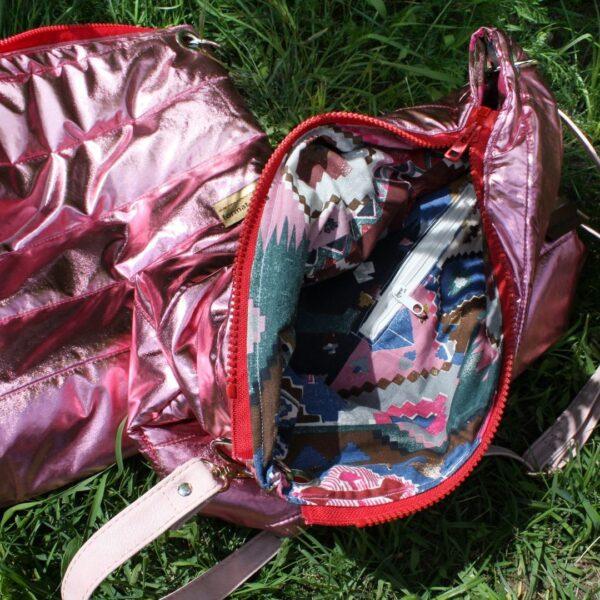 dwie male torebki na ramie z recyklingu: rozowa błyszcząca pikówka