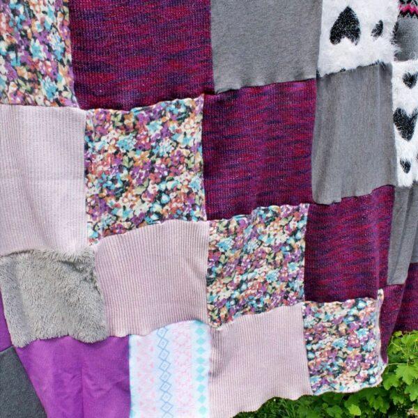 cały patchworkowy koc w pastelowych kolorach rozwieszony na sznurze