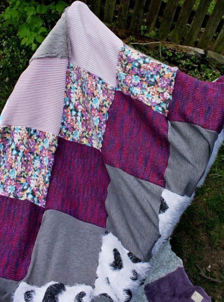 patchworkowy koc w pastelowych kolorach rozlożony na leżaku