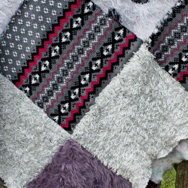 elementy patchworkowego koca: włochate serca i wzory, fioletowy moher