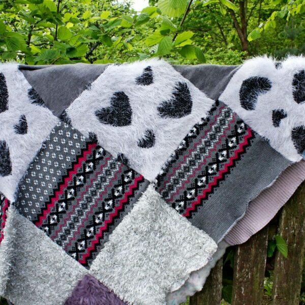 elementy patchworkowego koca: włochate serca i wzory