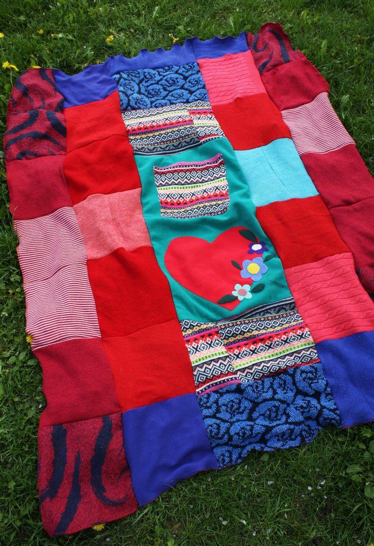 patchworkowy koc z materiałow z recyklingu: swetrów, szali i polaru.