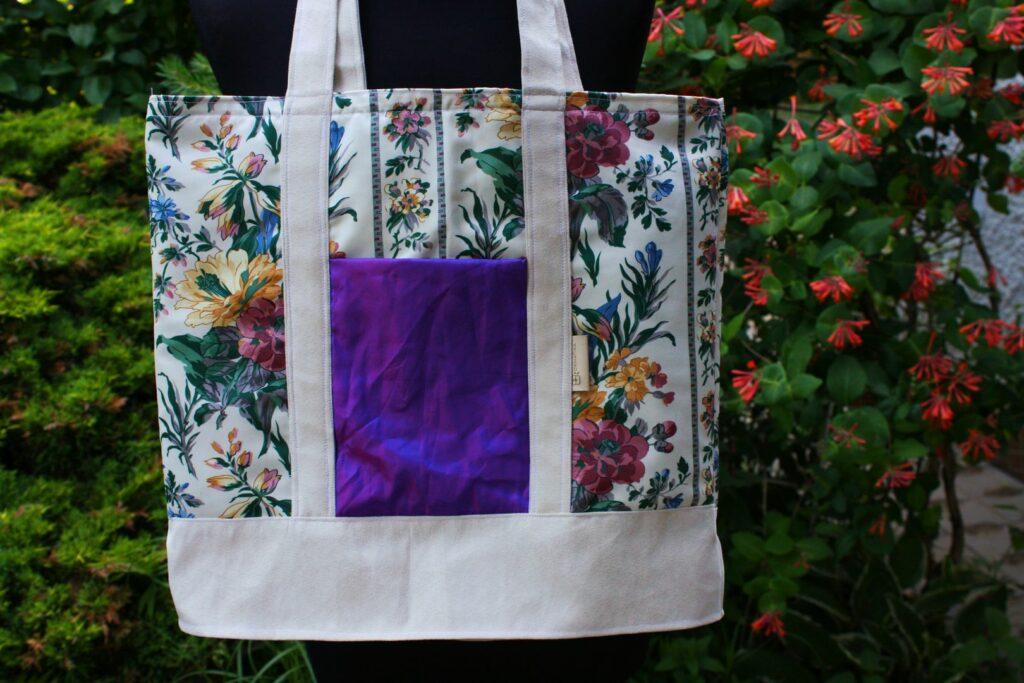Torba na ramię szoperka zerowaste z kwiecistej zasłony z fioletową kiezenią holo.