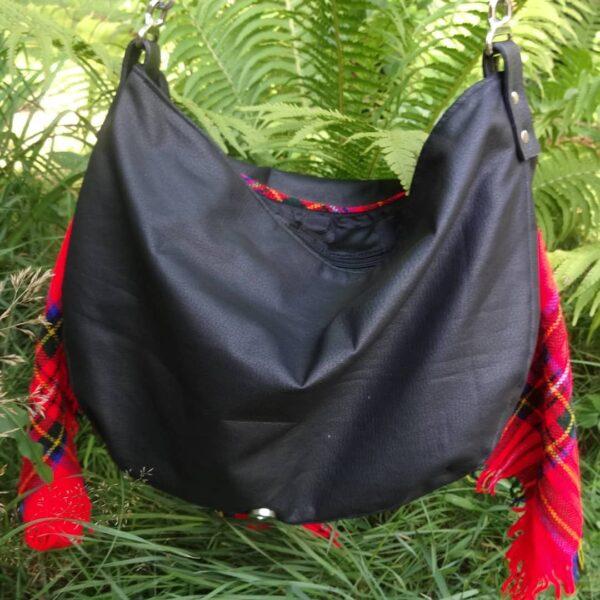 Przód torby listonoszki z ekoskóry i czerwonej chusty.