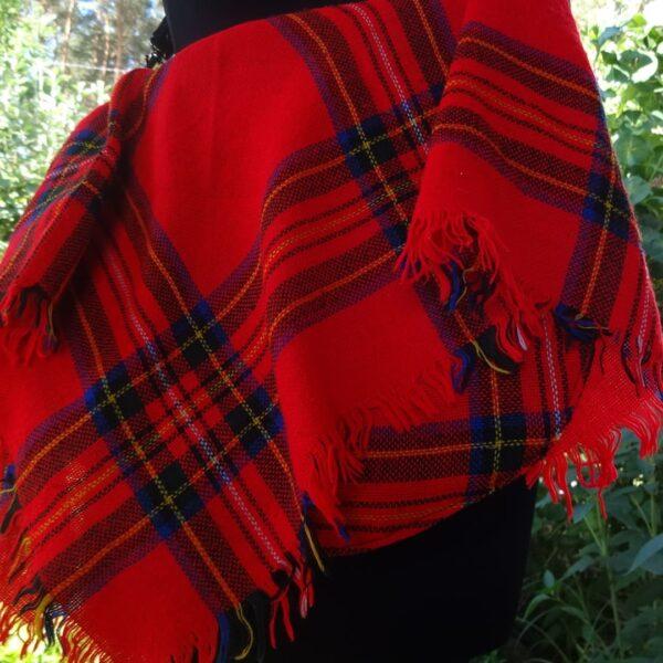 Torba listonoszka z ekoskóry i czerwonej chusty na manekinie.