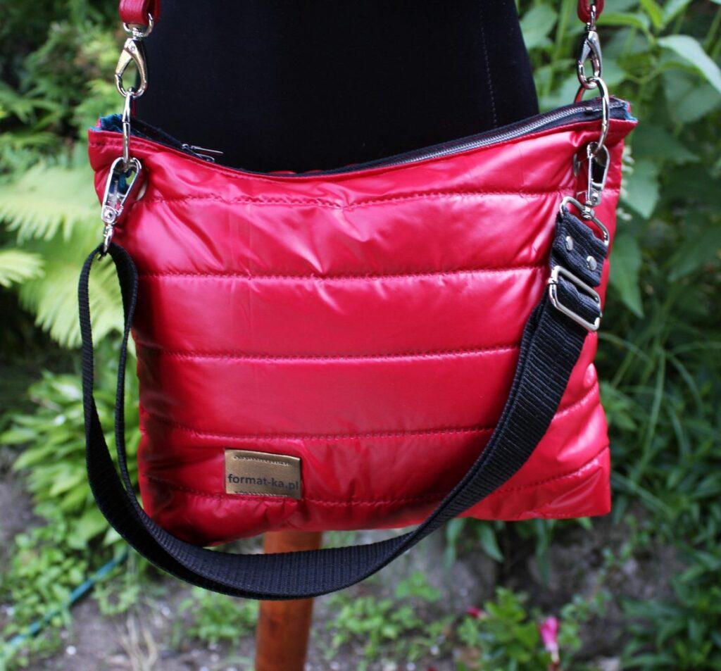Czerwona ortalionowa torebka z wypełnieniem.