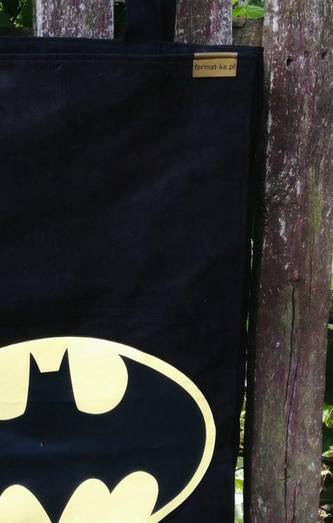 Czarna duża torba szoperka z alkantary ze znakiem batmana.