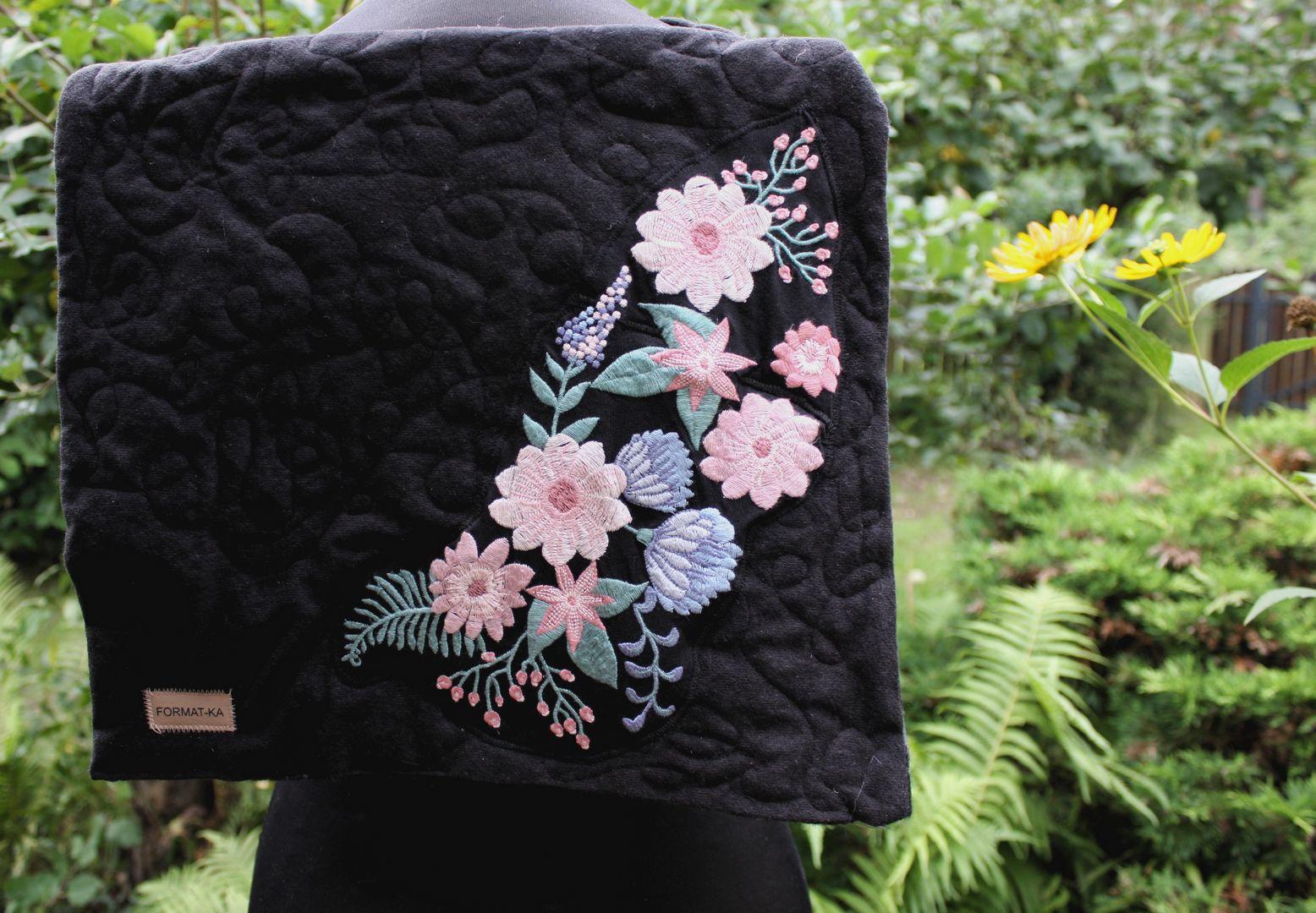 Czarna pikowana kopertówka z pastelowym haftem w kwiaty.