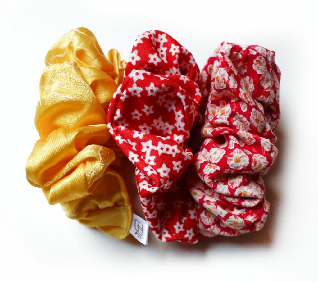 Kolorowe letnie frotki: żółte i czerwone.