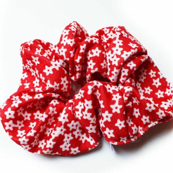 Czerwona frotka w białe gwiazdki.