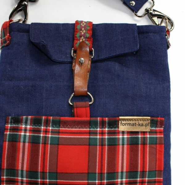 Jeansowa kopertówka z kieszenią w czerwoną kratę i vintage zapięciem.