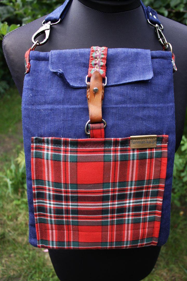 Jeansowa kopertówka z kieszenią w czerwoną kratę i vintage zapięciem na manekinie.