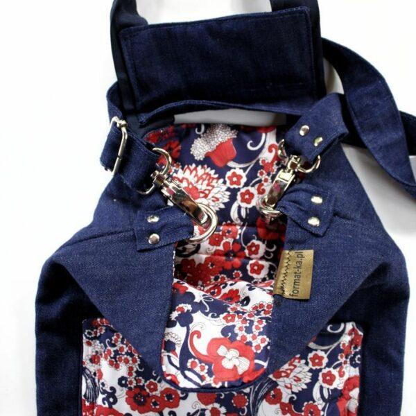 Jeansowa saszeta z podszewką i kieszenią z vintage materiału w kwiaty.
