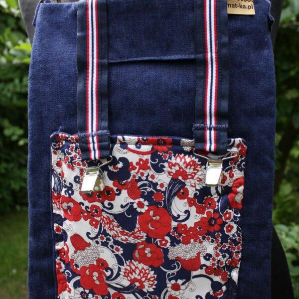 Jeansowa saszeta z podszewką i kieszenią z vintage materiału w kwiaty zapinana taśmami z szelek.