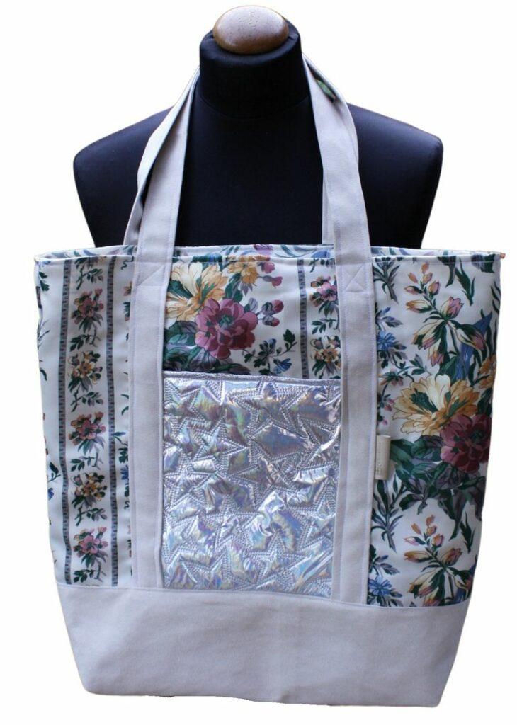 Szoperka z upcyclingowych materiałów w kwiaty, kremowej alkantary i srebrnej holo pikówki.