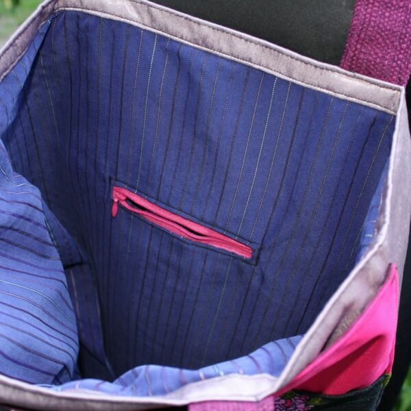 Wnętrze szoperki z podszewką z koszuli w prążki.