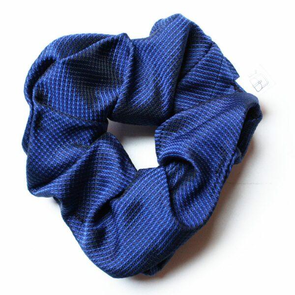 Modne frotki do włosów upcyclingowe w odcieniach niebieskiego.