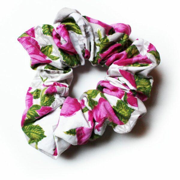 Kolorowe modne frotki scrunchies z upcyclingu.